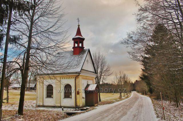 Panské Pole - kaple Panny Marie stojí u silničky z Bartošovic v O.h. do Rokytnice v O.h.