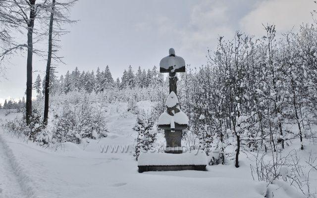 Panské Pole - kamenný kříž u cesty k Hadinci