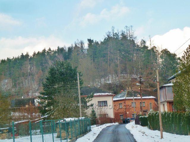 Červená -nad obcí se tyčí vrch Hrubý kámen (393 m.n.m.) s hradiskem Rotnek