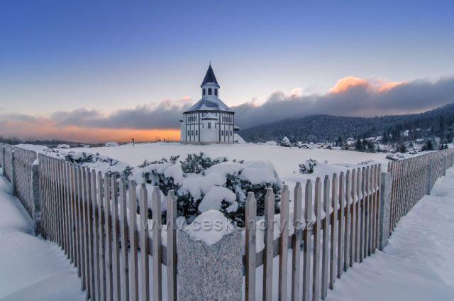 Tesařovský kostelík při mrazivém východu slunce 20.02.2021