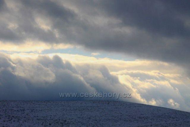 Oblaka nad hřebeny