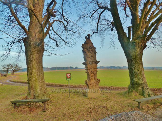 Vamberk . dvě památné lípy malolisté nad Vamberkem se sousoším Panny Marie Vambeřické