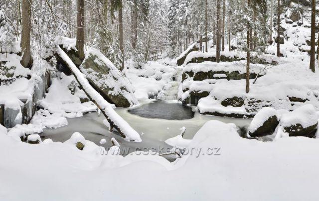 jedno pano z neděle 21.03.2021 z procházky - vodopády Jedlová. Čerstvý prašan cca 15cm a nikde ani živáčka.