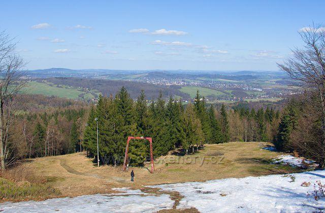 Výhled ze sjezdovky na úbočí Jedlové.