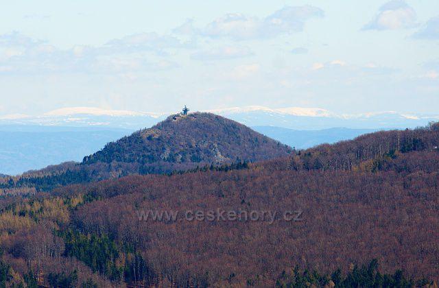 Výhled ze začátku černé sjezdovky na Jedlové - uprostřed Luž s novou rozhlednou, v pozadí hřebeny Krkonoš. Foceno 4.4.21