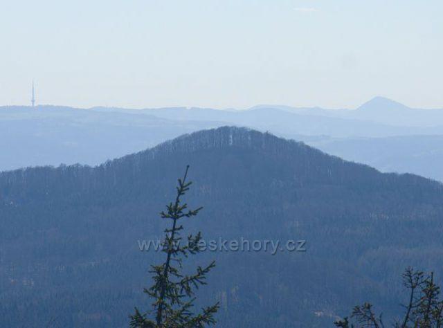 Výhled z Jedlové jihozápadním směrem - uprostřed v popředí Javor, na obzoru vlevo vysílač Buková hora, vpravo Milešovka.