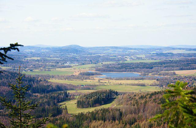 Výhled z Jedlové severozápadním směrem - uprostřed Velký rybník, mírně vlevo na obzoru Hrazený (610m).