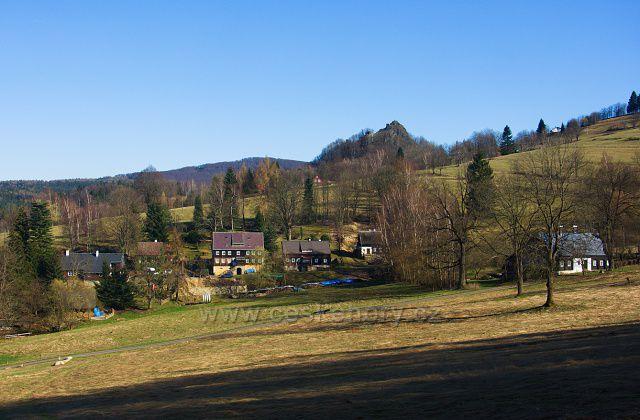 Část osady Rozhled, v pozadí Tolštejn.