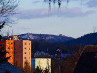 Výhled z Varnsdorfu, přes park před ZŠ Střelecká na vrchol hory Hvozd (Hochwald).