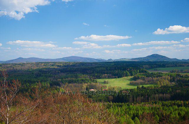 Výhled z rozhledny na Dymníku na hřeben Lužických hor.