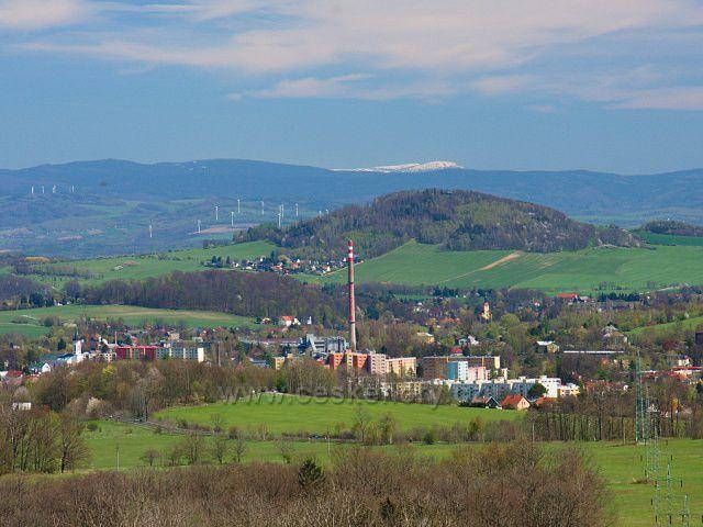 Výhled na část Varnsdorfu, v pozadí hřebeny Jizerských hor, za nimi ještě zasněžený vrchol hory Kotel v Krkonoších.