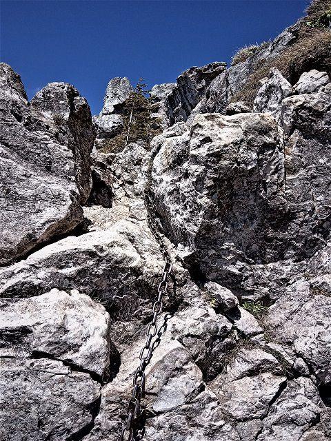 Po prejdení cez skalné oko, znovu pomožu reťaze.