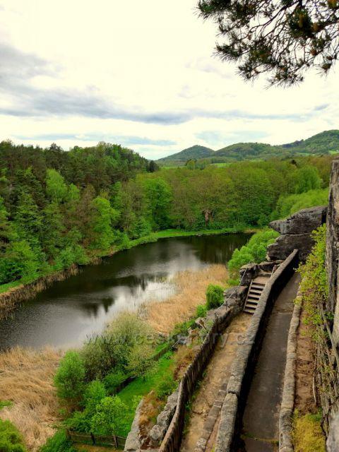 Sloup, skalní hrad, pohled z ochozu