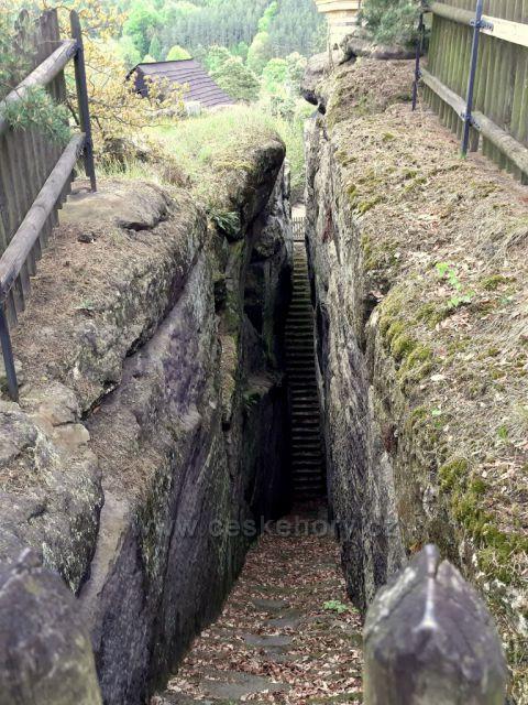 Sloup, skalní hrad - dvouramenné vstupní schody