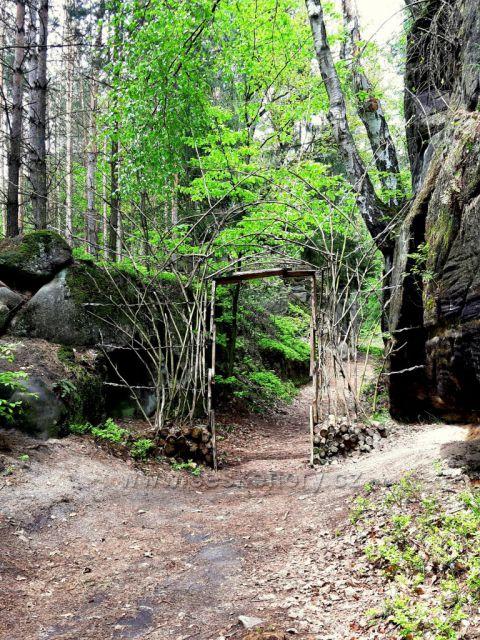 Brniště, sochy ve skalách - Vstupní brána na stezku