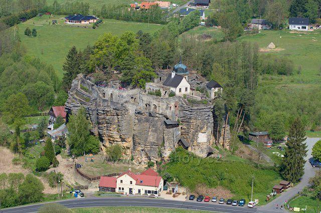 Skalní hrad Sloup z rozhledny Na Stráži.