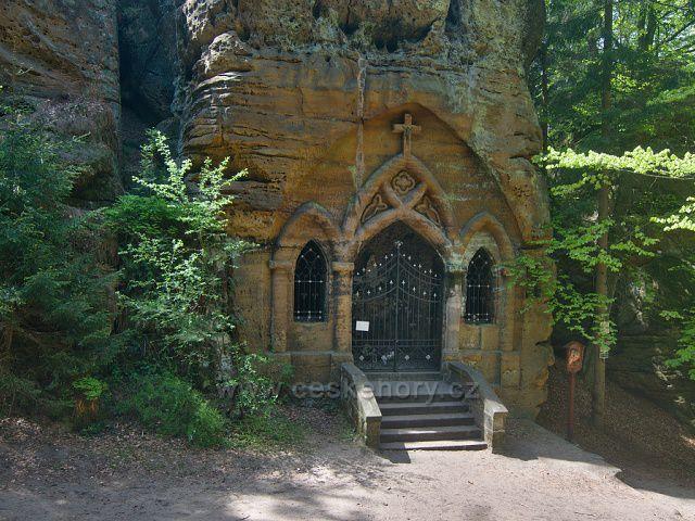 Skalní kaple Panny Marie Lurdské - Modlivý důl u Svojkova.