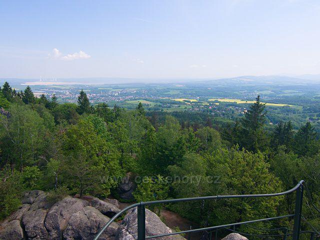 Výhled z Popovy skály - nalevo za hřebenem Hrádek nad Nisou, za ním povrchový důl a elektrárna Turów.
