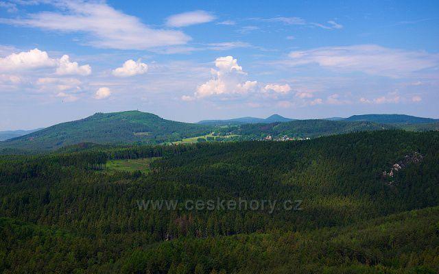 Výhled z Popovy skály na Lužické hory a Luftkurort Lückendorf.