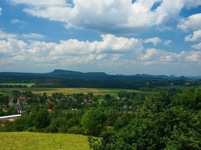 Výhled z rozhledny Růženka na Pastevním vrchu. U pravé strany výrazné vrcholy Zirkelstein a Lilienstein, uprostřed Malý a Velký Zschirnstein.
