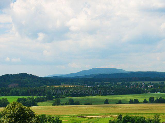 Výhled z rozhledny Růženka na Pastevním vrchu. U pravé strany Arnoltice, v pozadí Děčínský Sněžník.