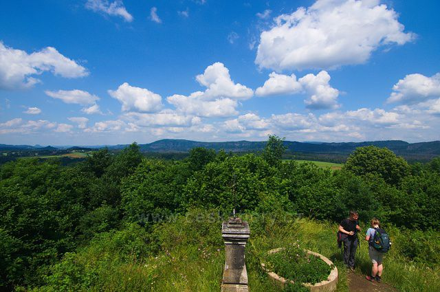 Výhled z rozhledny Růženka na Pastevním vrchu. U levé strany na obzoru výrazné vrcholy Zirkelstein a Lilienstein, uprostřed Stříbrné stěny a okolí Pravčické brány.