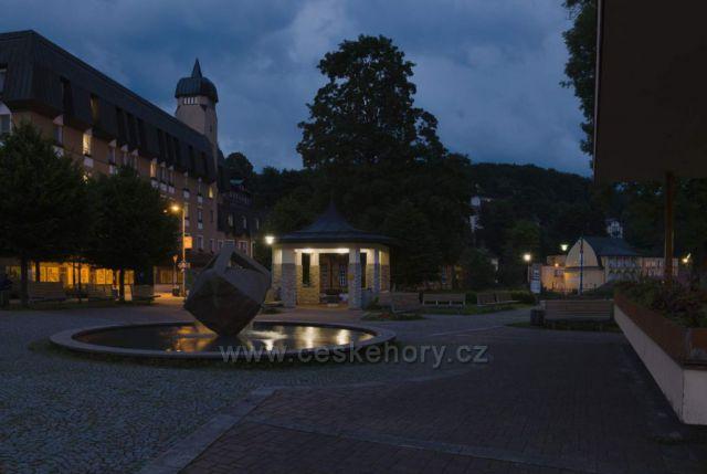 Janské Lázně - fontána na náměstí Svobody
