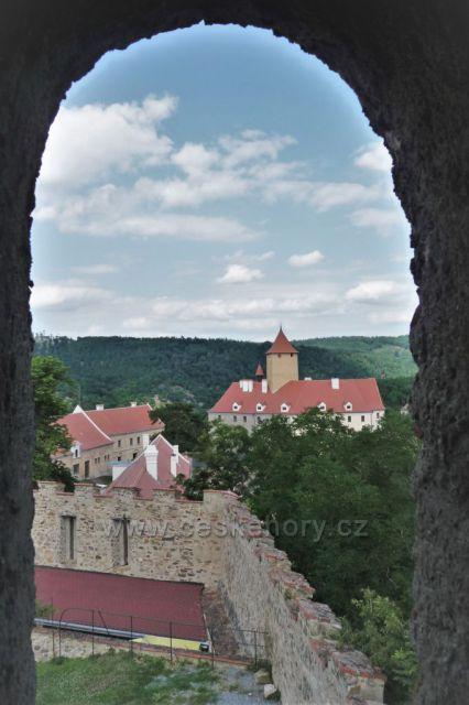 Průhled oknem věže na Veveří