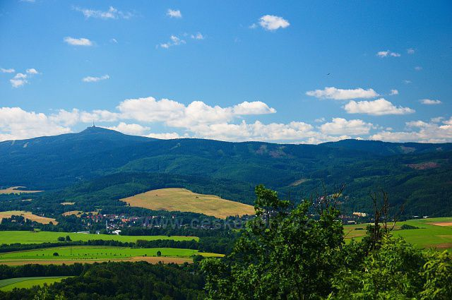 Chrastava  a Ještěd z pozorovací stanice na kopci Výhledy.