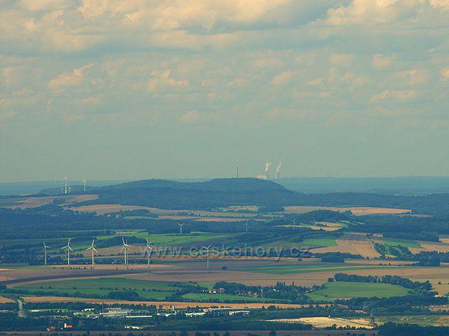 Vysílač Löbau z Ještědu, za ním elektrárna Schwarze Pumpe - vdálená vzdušnou čarou 100 km. Vlevo u dolního okraje průmyslová zóna na okraji Žitavy.