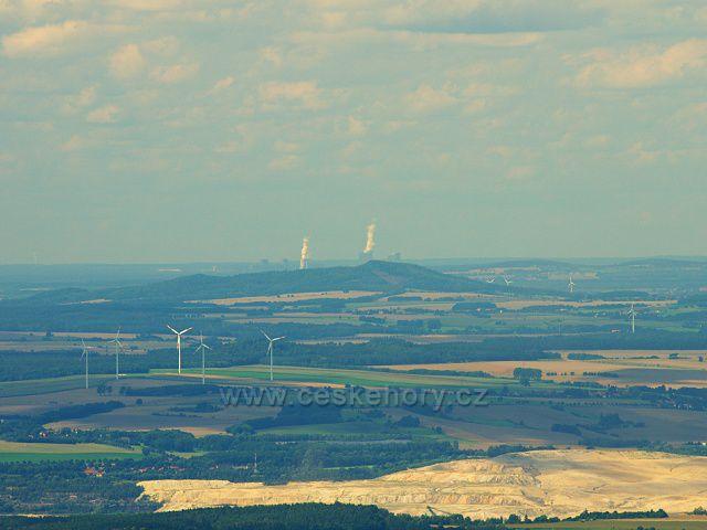 Výhled z Ještědu. V popředí výsypka dolu Turów u Polsko-Německé hranice, v pozadí Elektrárna Boxberg - vdálená vzdušnou čarou 81 km.