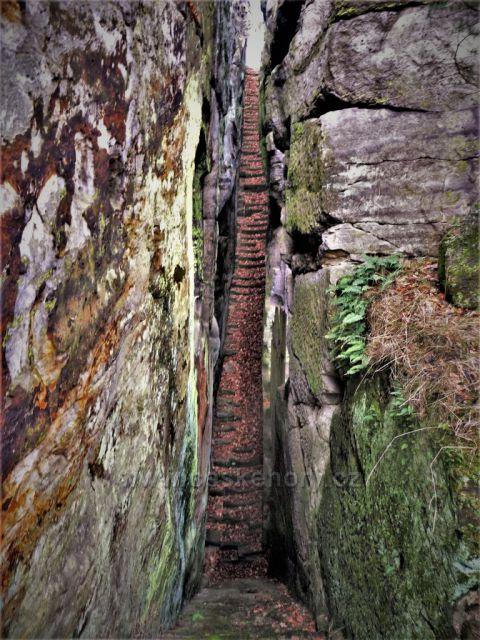 Schody pro poustevníka - skalní hrad Sloup