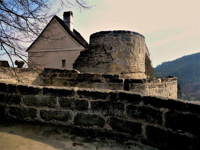 Skalní hrad Sloup v detailu