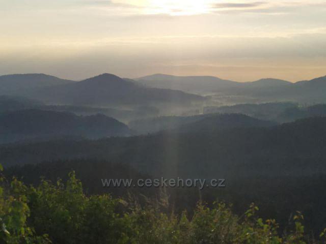 4. července 2021 jsem stanoval v orlických horách na Středním vrchu, zvaném Střeďák. Zvláště rána tam byla nádherná!