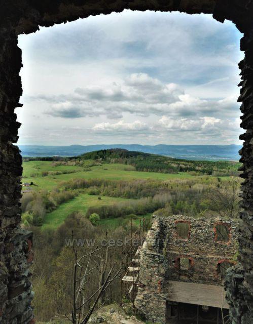 Průhled oknem ze zříceniny hradu Andělská hora