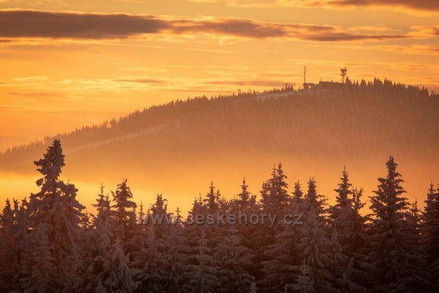 Západ slunce na Erlebachově boudě s výhledem na Medvědín.