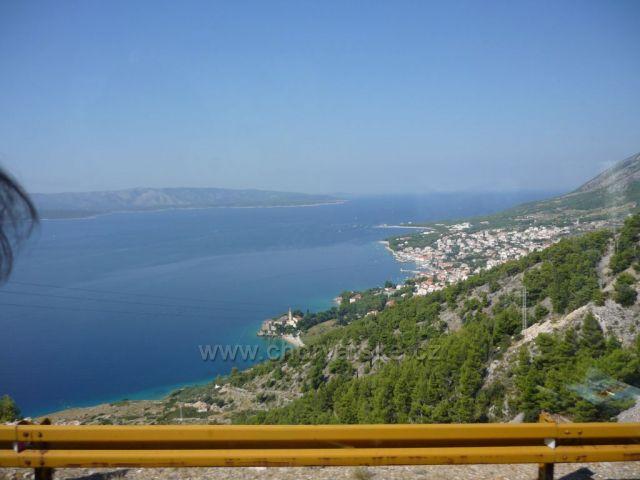 Pohled na Bol v pozadí ostrov Hvar