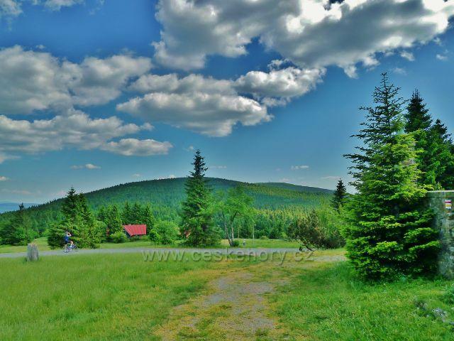 Pohled od Masarykovy chaty na Malou a Velkou Deštnou