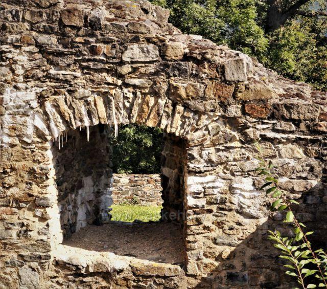 hrad Klenová - na klenutí oken již vyrůstají krápníky