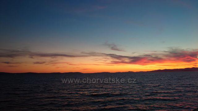Západ slunce z trajektu z ostrova Brač.