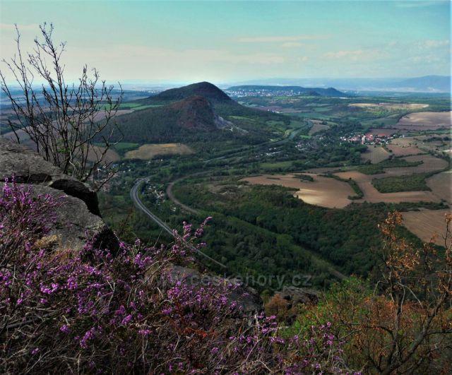 Podzimní výhled z Bořně na Želenický vrch a Zlatník