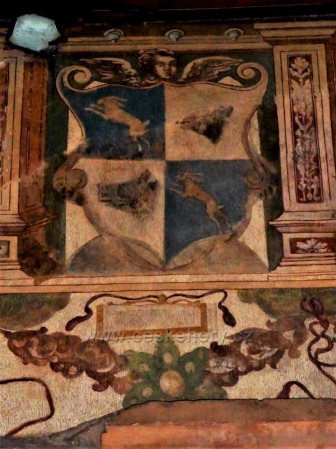 Nástěnná malba z 16. st. (znak Zajíců z Házmburka) Budyně n. O.