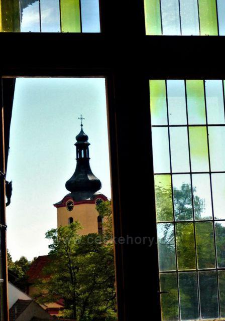 Výhled ze zámku Budyně n. O. na kostel sv. Václava