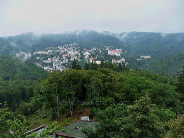Výhled na zamlžené Karlovy Vary z rozhledny Diana