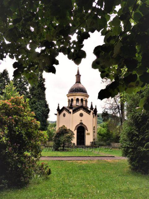 Kaple v České Kamenici - orámována stromy
