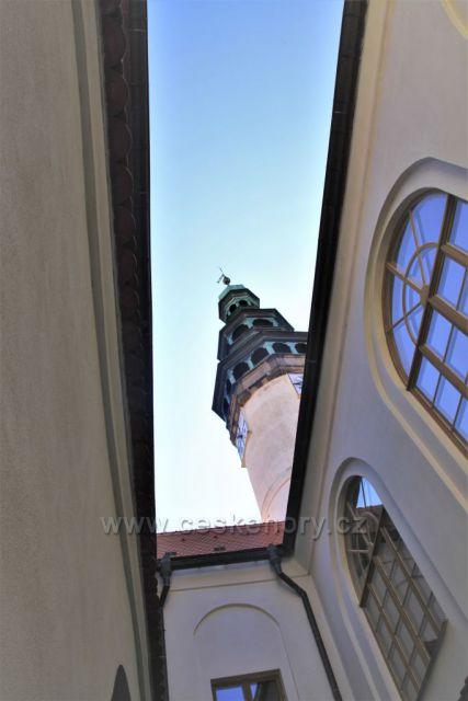 Průhled z nádvoří muzea Chodska v Domažlicích