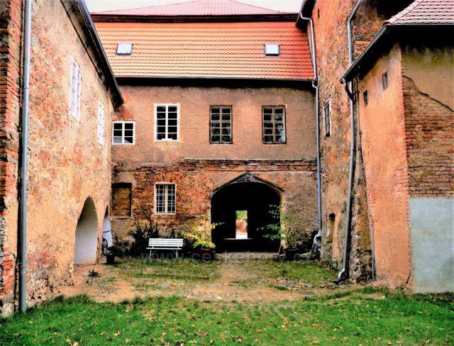 Původní rodové sídlo Černínů z Chudenic (zvenku zchátralé, ale uvnitř velmi hezké)