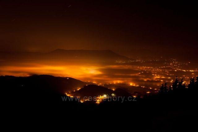 Noční fotografie z Velkého Javorníku při inverzi leden 2011