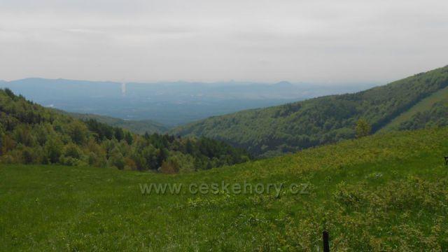 výhled od horské chaty Vitíška do údolí a v pozadí České středohoří