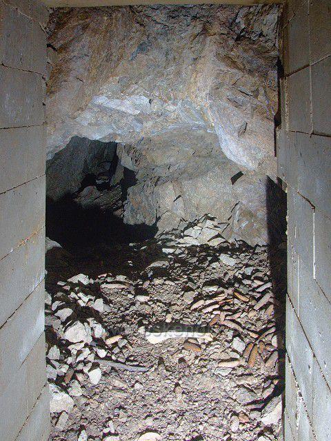Štola U Knížecí studánky - pohled skrz mříž na vstupu.